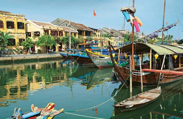 Ruhiger Fluss: Der Thu-Bon-Fluss in Hoi An schmückt sich mit bunten Holzbooten und schenkt der Altstadt eine Promenade mit Cafés und Restaurants.