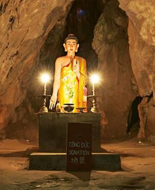 Immer mit der Ruhe: In den Höhlen der Marmorberge bei Da Nang strahlen Buddha-Statuen Gelassenheit aus.