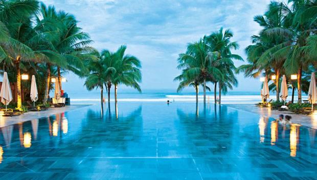 """Freude ohne Ende: Wer im Resort """"Fusion Maia Da Nang"""" baden möchte, kann ins Infinity-Becken am Strand eintauchen. Oder in den Pool vor der eigenen Wohnvilla. Oder ins Meer. Oder im Spa planschen."""