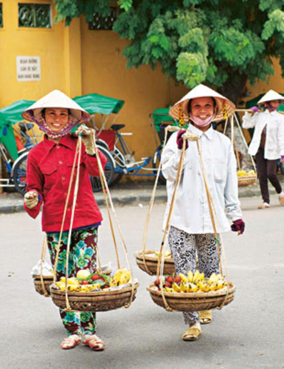 Vitamine to go: Bei den Obsthändlerinnen von Hoi An kauft man Bananen und Mangos im Vorbeigehen.