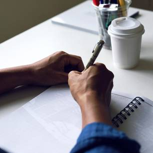 Mann zeichnet Vagina