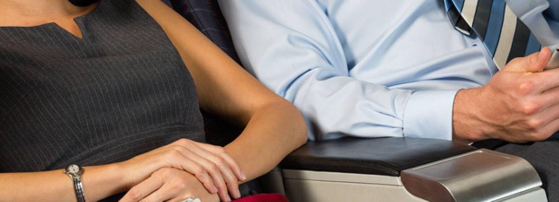 Machtkampf um die Armlehne im Flugzeug