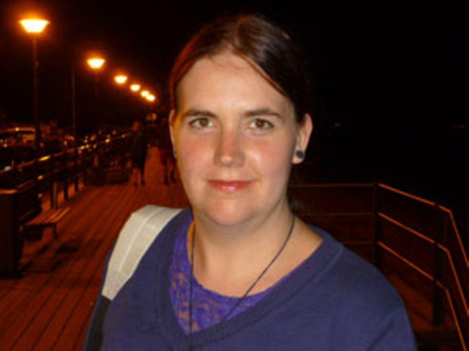 Anna Katherina Ibeling, 28, arbeitet nach einem geisteswissenschaftlichen Studium nun bei einem Medienunternehmen in der Nähe von Bremen. Nebenher liest sie für junge Autoren Korrektur und schreibt auf Derblaueritter die Kolumne Cats Couch.