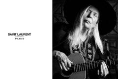 Joni Mitchell modelt für Saint Laurent