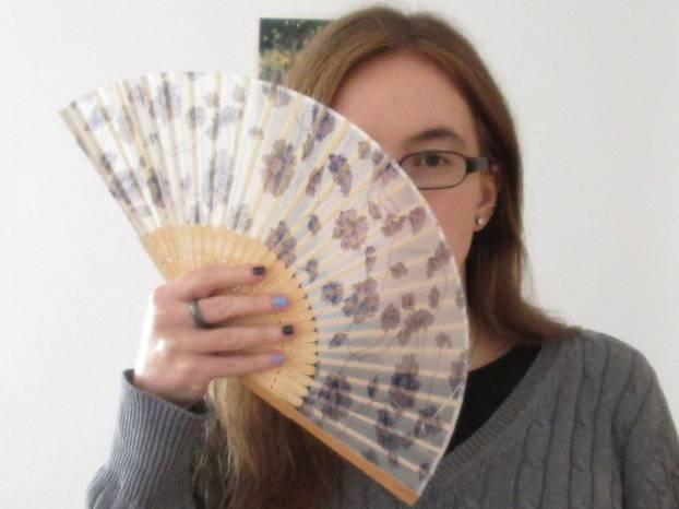 Fiammetta de Bornelh*, 29, arbeitet als Übersetzerin. Sie liebt Sprachen und ist stets auf der Suche nach musikalischen und literarischen Schätzen. Asexuelle Sichtbarkeit liegt ihr am Herzen. Über all dies bloggt sie auf Fructusdulces.