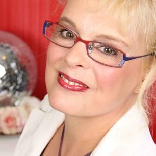Petra Hahn-Wiechert lebt seit ihrer Geburt 1965 in Wuppertal. Die Sprachwissenschaftlerin und Lyrikerin arbeitet hauptberuflich als stellvertretende Leitung eines Krankenhaus-Schreibdiensts und ist zum zweiten Mal verheiratet. Schreiben und Tanzen sind ihre größten Leidenschaften.