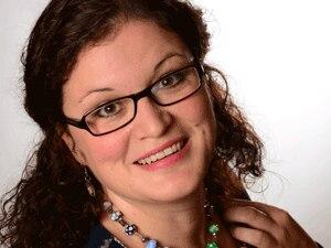 Regina Rullmann, 34, ist gebürtige Leipzigerin, Wahl-Dresdnerin und im Herzen Europäerin. Die zweifache Jungsmutter (8 und 12 Jahre) und Diplom-Übersetzerin drückt noch einmal die Schulbank und studiert Kindheitspädagogik. Nebenbei schreibt, näht und bäckt sie und bloggt auf koeniginnenreich.blogspot.de
