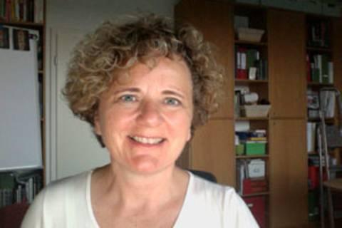 """Sabine Krone, 54, Markenzeichen Naturkrause, wollte sich bei Brigitte schon immer mal melden: für eine Vorher/Nachher-Beratung. Jetzt kommt es eben anders, statt Outfit nun die Stimme, denn sie findet: """"Das will jetzt mal gesagt werden""""."""