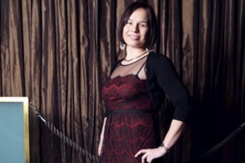 Raphaela Krause, 31, kommt aus einer Kleinstadt in Südbrandenburg und lebt seit fünf Jahren mit ihrem Freund, einem Portugiesen, in Berlin. Sie reist nicht nur privat gern und viel, als Internationale Touristikassistentin hat sie u.a. schon in Frankreich, Spanien, der Dominikanischen Republik und auf den Malediven gearbeitet. Derzeit ist sie in einem Berliner IT-Unternehmen angestellt. In ihrer Freizeit bloggt und fotografiert sie.