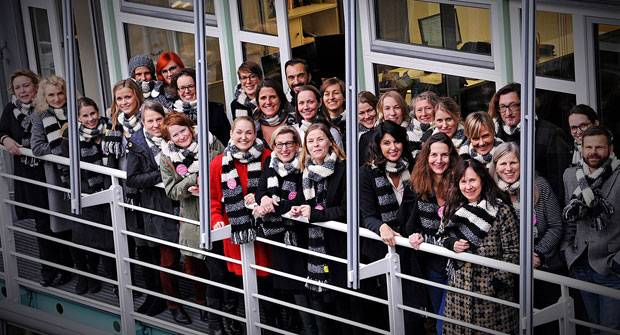"""Aktionstag am 10. Dezember: Auch die BRIGITTE-Mitarbeiter tragen den """"Schal fürs Leben""""."""