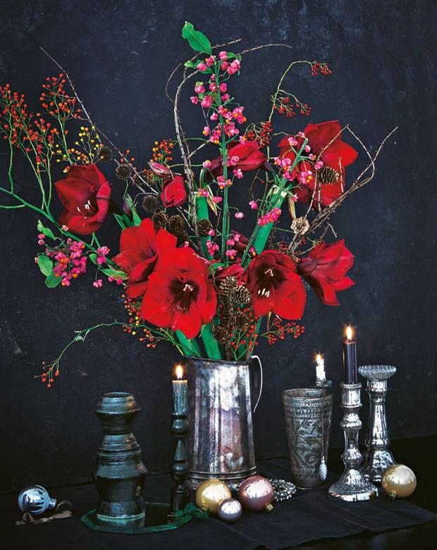 weihnachtsdeko ein weihnachtsstrau in festlichen farben. Black Bedroom Furniture Sets. Home Design Ideas