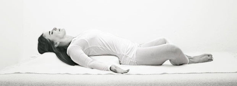 Wie Sie mit Yoga in den Schlaf finden
