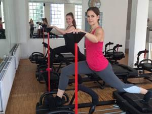 Fitnesskurs: Daniela Stohn gibt alles bei den Ausfallschritten