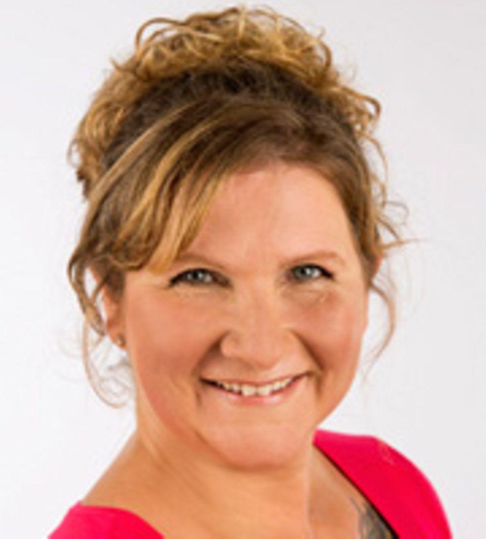 """Seit bereits 16 Jahren unterrichtet Tina Sunita Huber Yoga in ihren eigenen Studios im hessischen Bad Schwalbach und Michelbach. Da sie von vielen Übergewichtigen gefragt wurde, ob sie überhaupt Yoga praktizieren können, entwickelte Huber """"BIG InnerSmile"""", eine Yogaform für übergewichtige Menschen – mit sanften und aufrichtenden Übungen sowie Meditation und Selbsterfahrung. Das Programm zeigt sie auf der Big-Yoga DVD. Neben den Kursen bietet sie Yoga für Übergewichtige als Wochenend-Retreat und seit 2015 auch als Yogareise an. Zudem gibt sie Seminare."""
