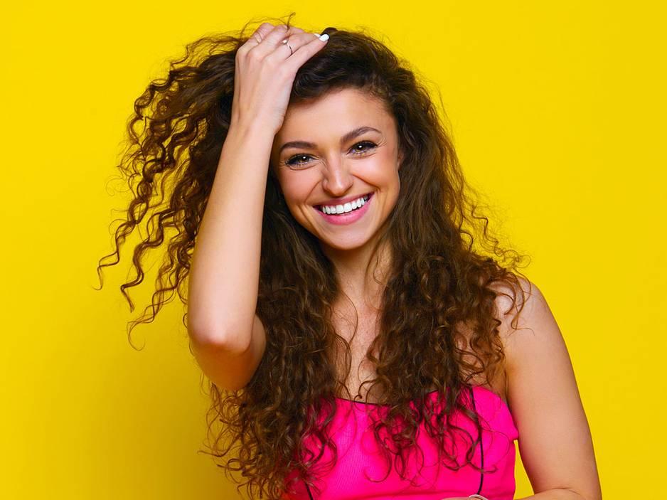 Haarstyling: Locken mit dem Glätteisen? So geht's!