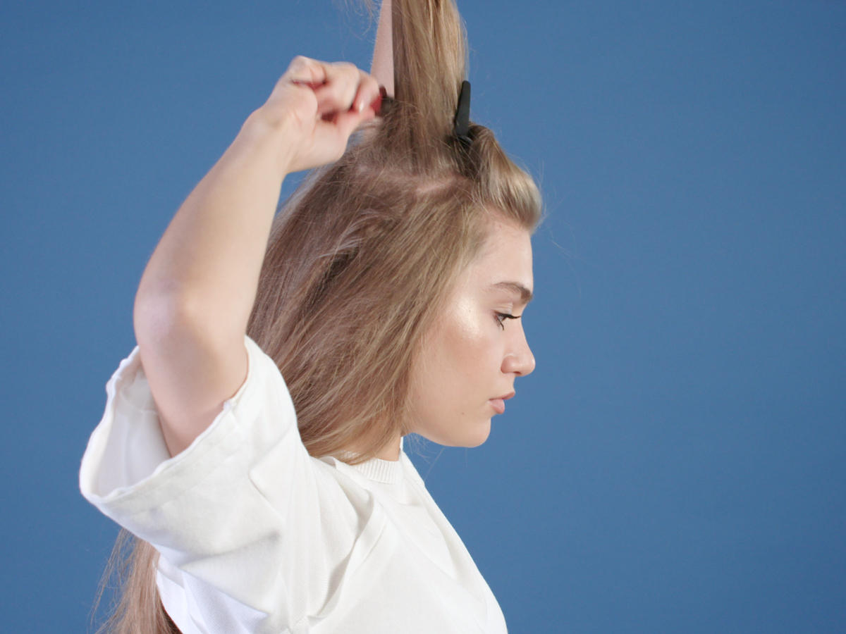 Volumen toupieren - so kommt Fülle ins Haar