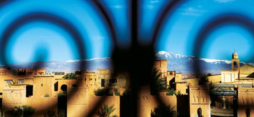 Blick über den Wüstenort Merzouga mit seinen Lehmbauten