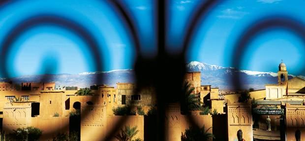 Yoga-Reisen: Blick über den Wüstenort Merzouga mit seinen Lehmbauten