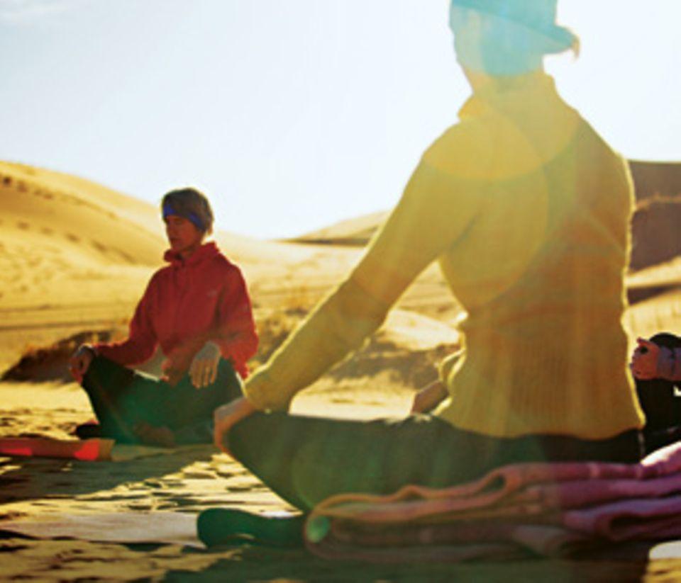 Meditation und bewusstes Atmen gehören zum Yoga.