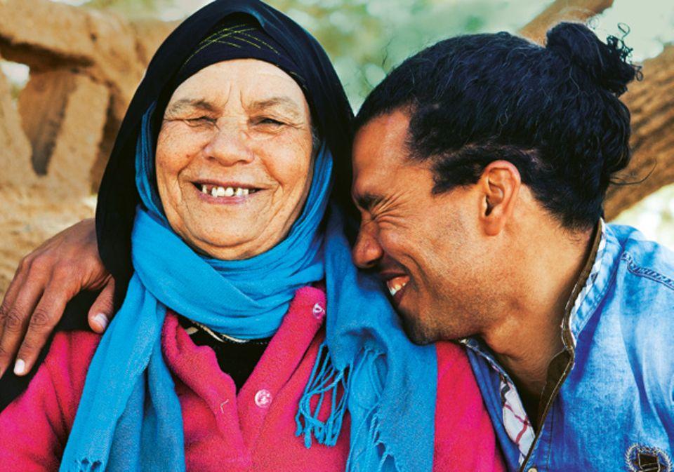 M'Barek mit seiner Mutter, die all seine Gäste begrüßt