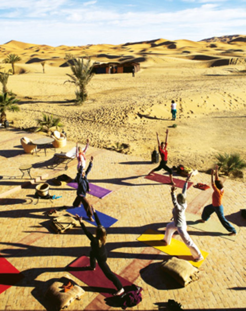 Warmturnen am Rande der Dünen: Trainerin Inga (vorn) heizt den Teilnehmerinnen ein.