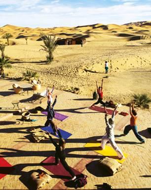 Yoga-Reisen: Warmturnen am Rande der Dünen: Trainerin Inga (vorn) heizt den Teilnehmerinnen ein.