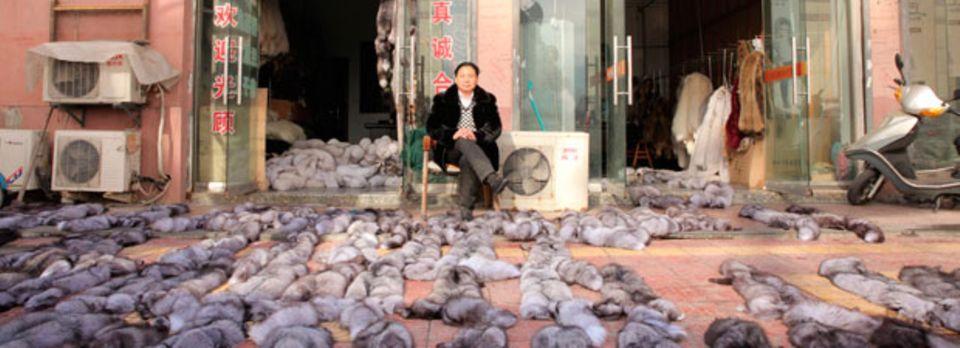 Ein chinesischer Pelzhändler vor seinem Laden