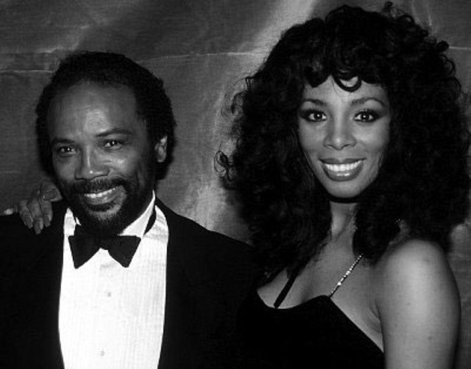 Donna Summer mit ihrem Produzenten Quincy Jones im Savoy Theater in New York City (Januar 1983)