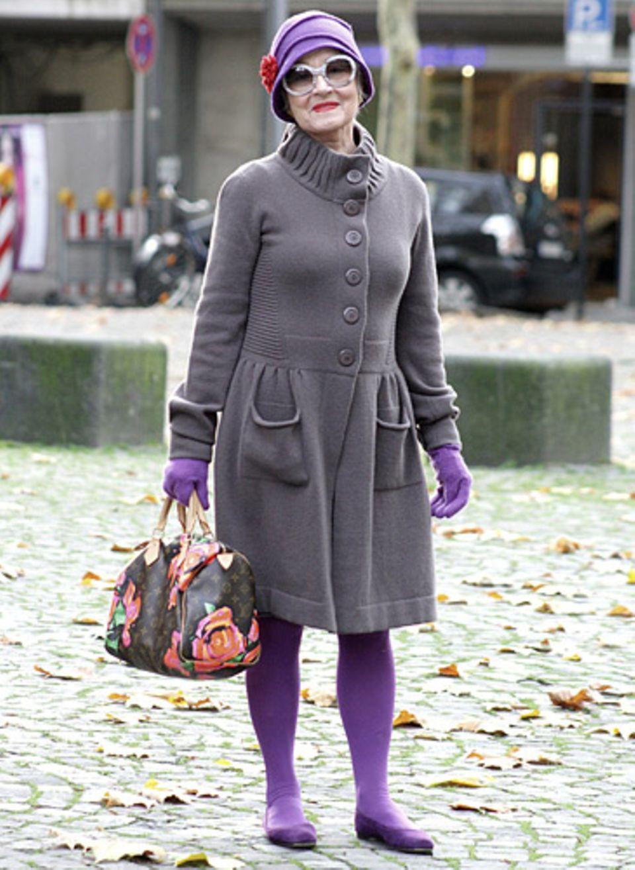 Frau Rühle ist fast 70 und laut Smilla Dankert ein gutgelaunter Mensch. Für schöne Kleidung hat sie sich schon immer interessiert.