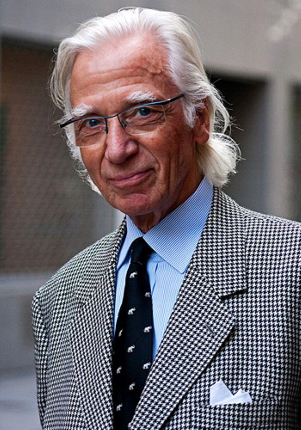 Herr Pleuger ist 76 Jahre alt, Tuchkaufmann und trägt nur Maßgeschneidertes, vom Hemd bis zu den Schuhen.