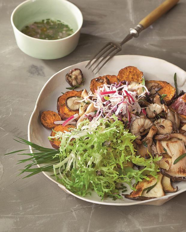 Süßkartoffeln, Pilze und Weizengras