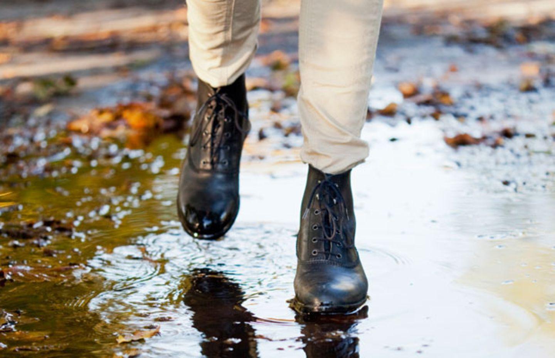 Wasserflecken auf Schuhen entfernen