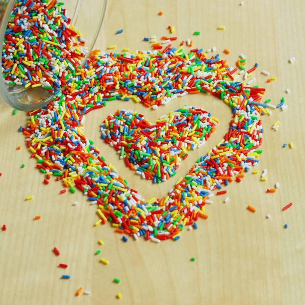 Liebesbeweis: Herz aus Zuckerstreuseln