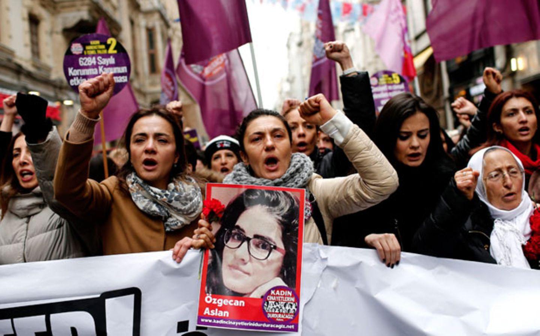 Nach dem brutalen Mord an der 20-jährigen Studentin Özgecan Aslan zeigen sich türkische Frauen zu Tausenden solidarisch - und sprechen erstmals über ihre eigenen Gewalterfahrungen.