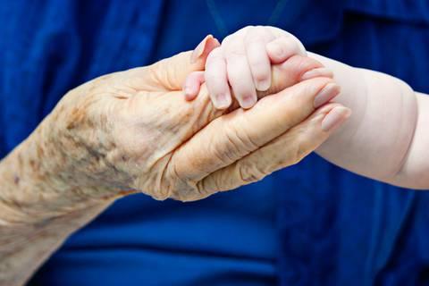 Zwischen diesen zwei Menschen liegen 100 Jahre Altersunterschied