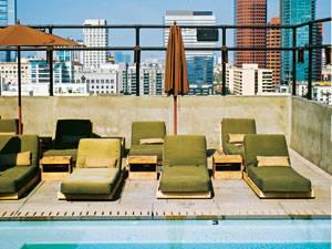 """Los Angeles: Entrückt vom Rest der Welt plätschern auf der Terrasse des Hotels """"The Ace"""" die Stunden dahin."""
