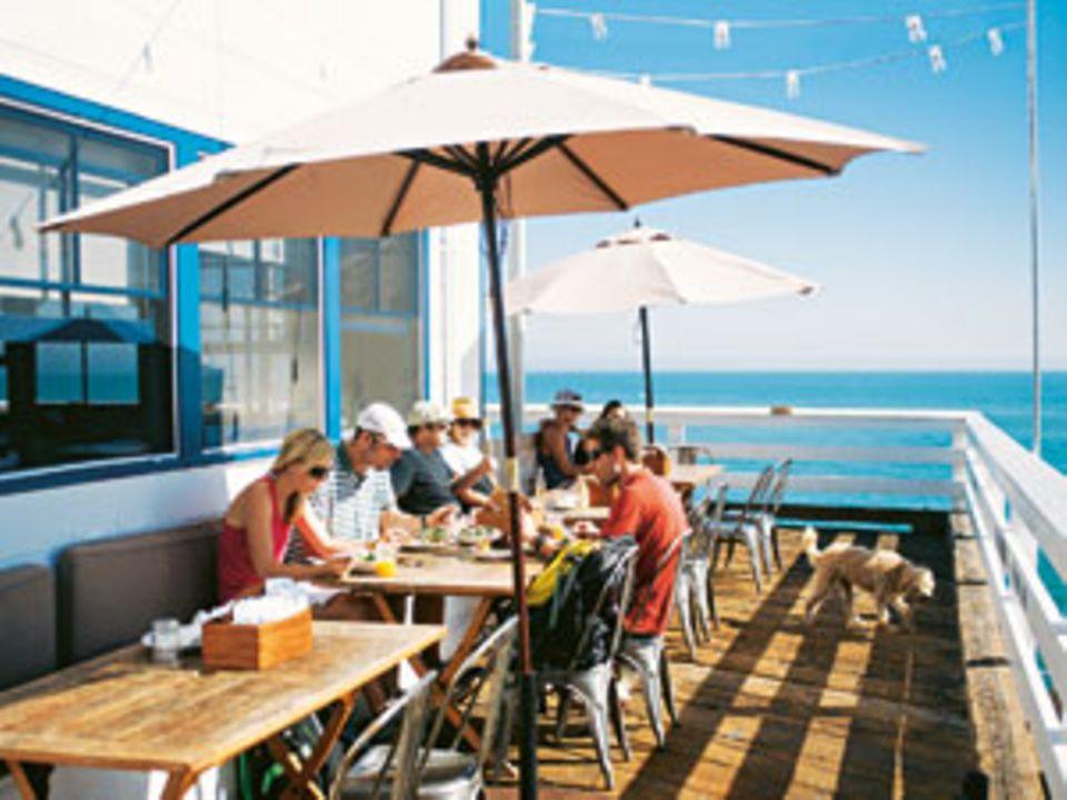 """Wo Filmstars wohnen und ausgehen, ist Detox ein Thema - auch im """"Malibu Farm Café"""" überm Meer."""