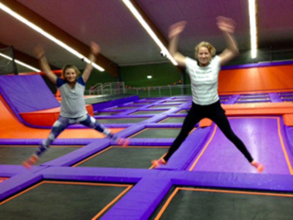 """BRIGITTE-Redakteurin Nicole nahm Kollegin Jana mit ins """"Jump House"""". Am Ende der Stunde übten sich beide im Synchronspringen - mit überschaubarem Erfolg."""