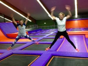 """""""Fit Jump"""": BRIGITTE-Redakteurin Nicole nahm Kollegin Jana mit ins """"Jump House"""". Am Ende der Stunde übten sich beide im Synchronspringen - mit überschaubarem Erfolg."""