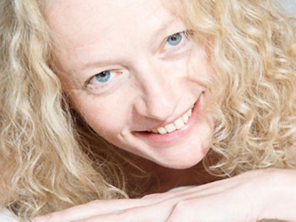 """Olga Hildebrandt, 44, lebt in Stuttgart und arbeitet dort als Tantra- und Frauenmasseurin. Die zertifizierte Sexological Bodyworkerin sagt, es sei ihr """"ein besonderes Anliegen, Frauen mit diesen sehr heilsamen Massagen zu helfen, ihr Frausein wiederzuentdecken und ihre Sexualität zu bereichern - für mehr Energie im Leben und in ihren Beziehungen""""."""