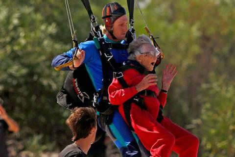 Spaß zum Hundertsten: Georgina geht Fallschirmspringen