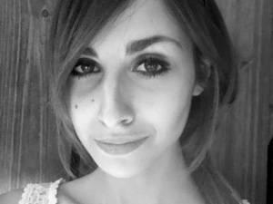 """Sarah Klein, 22, leidet seit einigen Jahren an Magersucht. Nach zwei Klinikaufenthalten und Therapie in einer betreuten Wohngemeinschaft, lebt sie nun das erste Mal allein und versucht, ihren Alltag trotz Krankheit zu meistern. Sie will über das Thema """"Essstörungen"""" besser aufklären und aufzeigen, dass Magersucht nicht immer etwas mit Schönheitsidealen zu tun haben muss."""