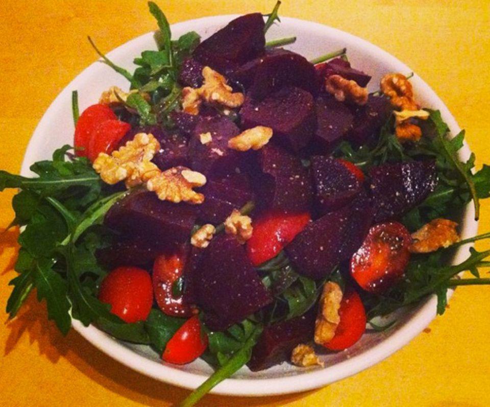 Zum Glück schmeckt gesund auch oft gut: Rucola-Salat mit Roter Bete, Walnüssen und Kirschtomaten