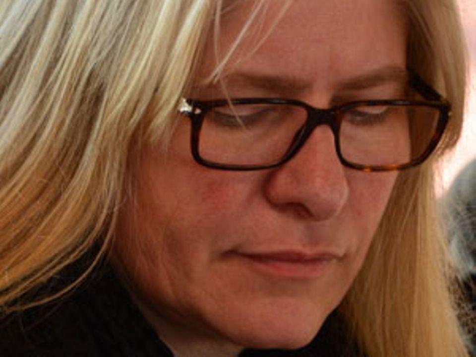 """Susanne Witt arbeitet und lebt im Rheinland. Unter dem Pseudonym """" """"Berta Löwe"""""""" veröffentlicht die fünffache, alleinerziehende Mutter Satiren, wie beispielsweise """"Erfolgreiche Rabenmutter"""" und die Online-Satirezeitschrift """"WESPA - Satire für Frauen""""."""