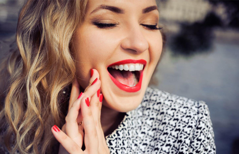 So mogeln wir mit Lippenstift die Zähne weißer