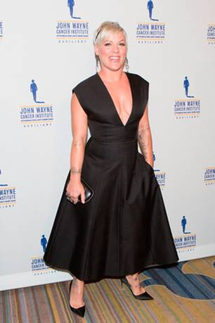 """Selbstbewusst: DAS Kleid: Pink auf dem roten Teppich des """"Odyssey Ball"""""""