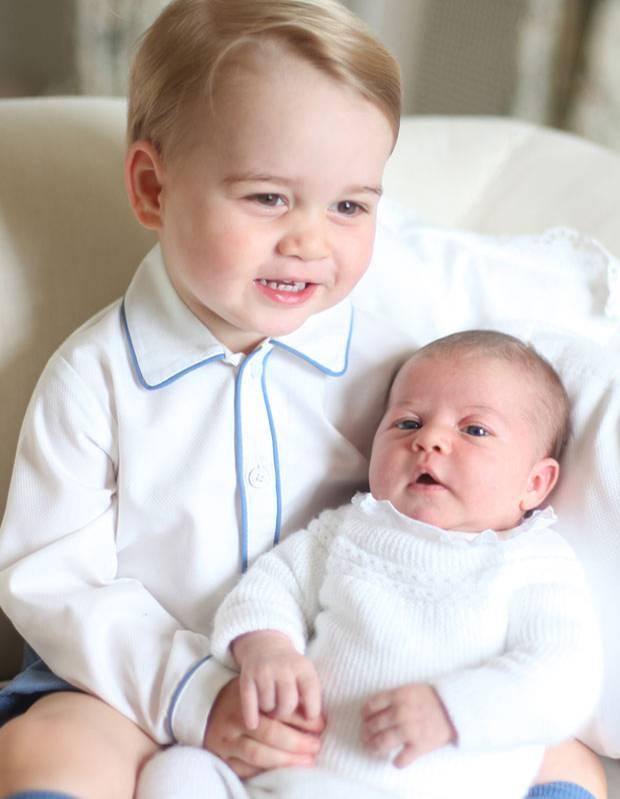 Royale Geschwisterliebe: Königlich kuscheln: Prinz und Prinzessin verstehen sich bestens