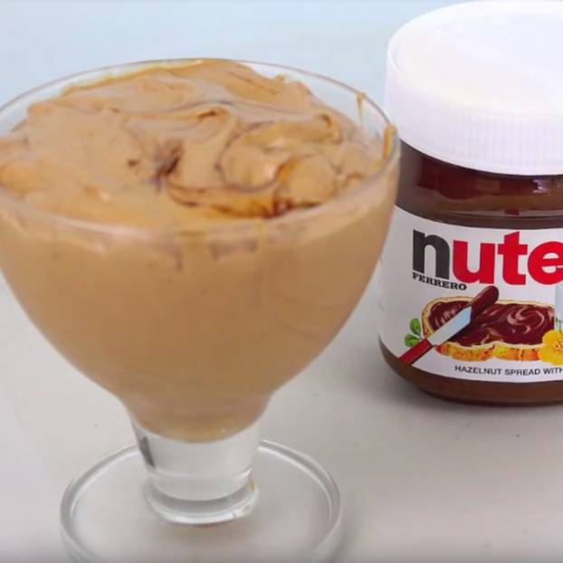 Nutella Eis: Glas mit Eiscreme neben Nutella-Glas