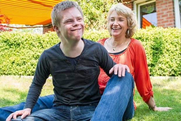 Down-Syndrom: Tim mit seiner Pflegemutter Simone Guido zu Hause im Garten.