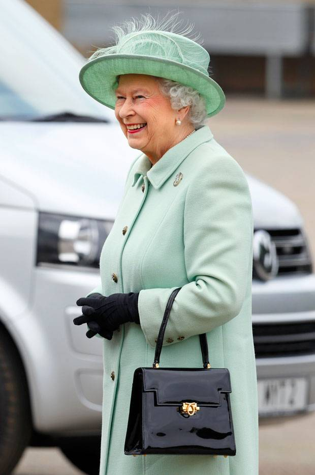 Gewusst? DAS ist das Geheimnis der Queen-Handtasche!